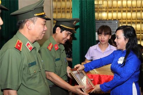 Bộ trưởng Bộ Y tế Nguyễn Thị Kim Tiến trao Bằng khen tặng 40 tập thể và 50 cá nhân có thành tích xuất sắc