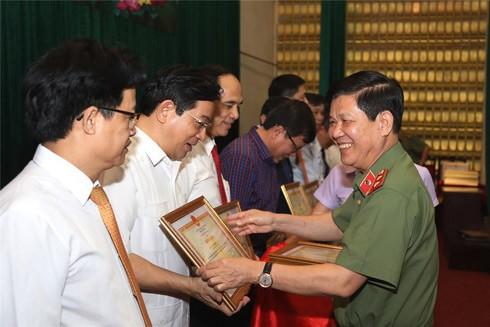 Trung tướng Nguyễn Văn Sơn, Thứ trưởng Bộ Công an trao Bằng khen của Bộ Công an tặng các tập thể, cá nhân có thành tích xuất sắc