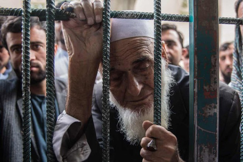 Ông Abdul Ajan (70 tuổi) phải chờ đợi trong 3 ngày mới đến lượt làm visa đến Pakistan khám bệnh