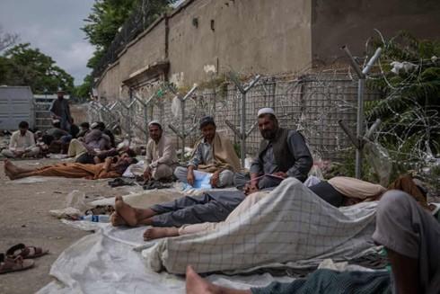 Người dân Afghanistan xếp hàng xuyên đêm chờ xin visa y tế ở Pakistan ảnh 2