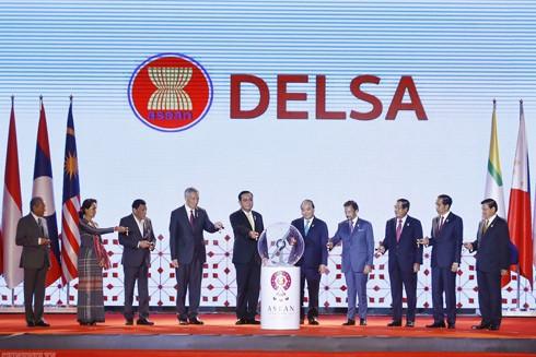 Các nhà lãnh đạo ASEAN khai trương Kho vệ tinh ASEAN tại tỉnh Chainat, Thái Lan, trong Chương trình hậu cần ASEAN về thiên tai khẩn cấp (DELSA)