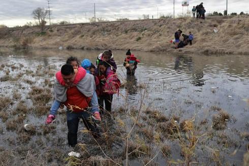 Những người di cư Mỹ Latinh bất chấp hiểm nguy vượt sông ở Rio Grande thuộc Mexico để tới được nước Mỹ
