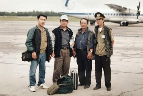 Tác giả (ngoài cùng bên trái) cùng Đại tá Đào Lê Bình, nguyên Tổng Biên tập Báo ANTĐ (thứ hai từ trái sang) trong chuyến đi chở hàng cứu trợ bão lụt tại miền Trung năm 1999