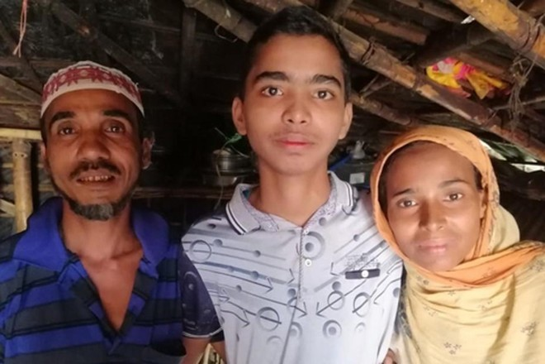 Em Mohammad Faisal (giữa) may mắn được trở về đoàn tụ với gia đình sau vụ bắt cóc