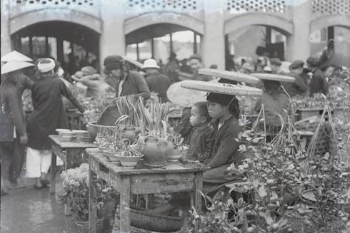 Một phiên chợ Tết xưa của Hà Nội họp ngoài trời