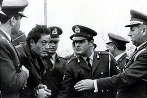 Vassilis Lymberis (X) - tử tù cuối cùng bị xử bắn bị cảnh sát bắt tại Thủ đô Athens, Hy Lạp