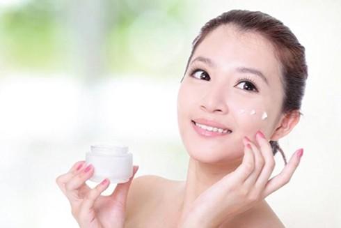 Thời tiết khô hanh, việc cung cấp độ ẩm cho da là bước chăm sóc da mặt không thể bỏ qua