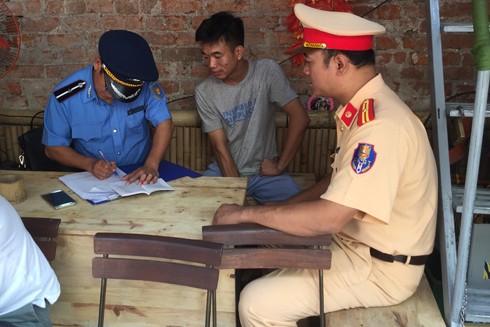 Lực lượng chức năng lập biên bản xử phạt chủ quán vi phạm