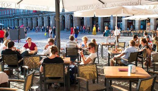 Plaza Mayor đã từng là một cái chợ lớn trước khi được xây dựng thành quảng trường vào năm 1619, dưới thời vua Filipe III