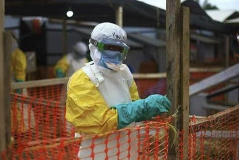 Đợt bùng phát dịch bệnh Ebola đã cướp đi hơn 2.000 mạng người tại Cộng hòa Dân chủ Congo (Trong ảnh: Các nhân viên y tế tại một trung tâm xử lý tại Beni, Congo)
