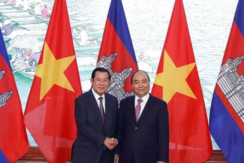 Thủ tướng Chính phủ Nguyễn Xuân Phúc và Thủ tướng Vương quốc Campuchia Samdech Techo Hun Sen