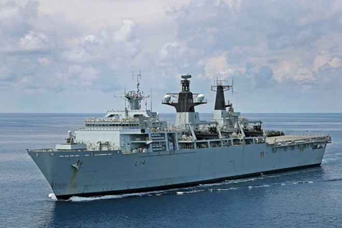 Tàu đổ bộ HMS Albion của Anh di chuyển gần những đảo đá mà Trung Quốc bồi đắp và chiếm đóng trái phép trên Biển Đông nhằm thực hiện hoạt động tự do hàng hải