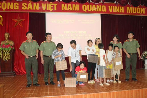 Thượng tá Vũ Thị Kim Yến cùng đồng đội đến thăm và chia sẻ với trẻ em khuyết tật đang được chăm sóc tại Trung tâm Việt Hàn, huyện Quốc Oai, Hà Nội