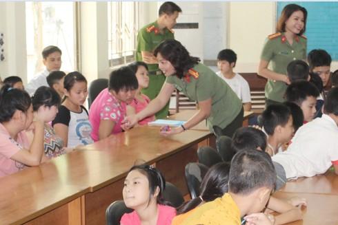 Thượng tá Vũ Thị Kim Yến đặc biệt quan tâm đến những hoàn cảnh khó khăn