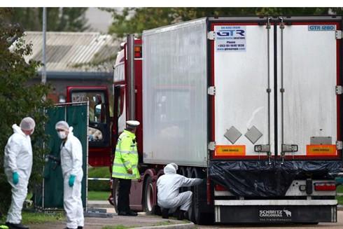 Cảnh sát khám nghiệm hiện trường chiếc xe container chở 39 người nhập cư thiệt mạng ở Essex, ngày 23-10