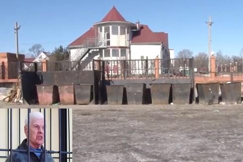 Bị cáo Sofia Zhukova và những thùng rác nơi tìm thấy các phần thi thể nạn nhân