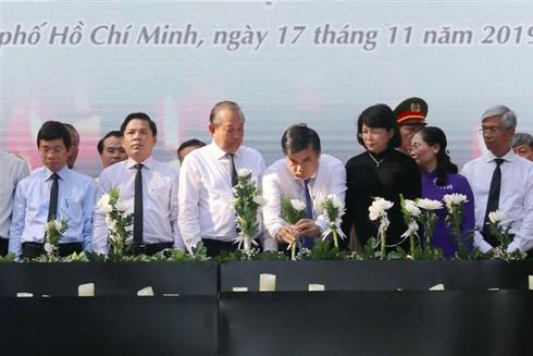 Phó Thủ tướng Thường trực Trương Hòa Bình cùng các đồng chí lãnh đạo, đại diện các bộ, ban, ngành và đông đảo nhân dân TP.HCM đặt hoa tưởng niệm các nạn nhân tử vong do tai nạn giao thông