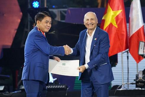 Đại sứ Antonio Alessandro đã thay mặt Tổng thống Italia Sergio Mattarella trao tặng Huân chương Công trạng Cộng hòa Italia cho Chủ tịch UBND thành phố Hà Nội Nguyễn Đức Chung