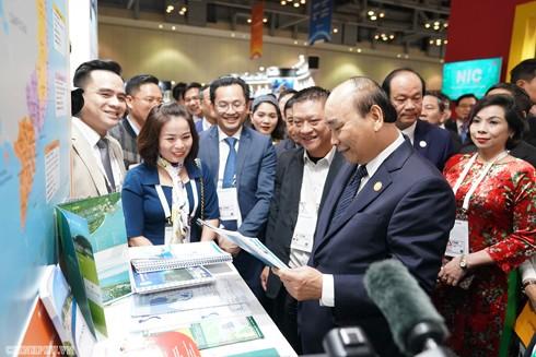 Thủ tướng thăm gian hàng Việt Nam tại Triển lãm Korea-ASEAN Invest Ảnh: Quang Hiếu