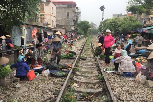 Chợ họp ngay trên đường xe lửa