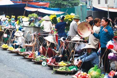 Chợ xanh, chợ đuổi tràn cả ra lòng đường