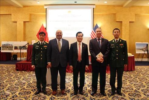 Đại sứ đặc mệnh toàn quyền Việt Nam tại Mỹ Hà Kim Ngọc tặng Sách Trắng Quốc phòng Việt Nam 2019 cho Thứ trưởng phụ trách chính sách của Bộ Quốc phòng Mỹ John Rood