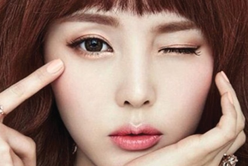 Hiện tượng mắt bị co giật cũng có thể cảnh báo mắt bạn đang bị khô do lão hóa