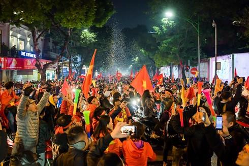 Hàng triệu người hâm mộ đổ khắp ngả đường đón mừng chiến thắng của đội tuyển bóng đá nam SEA Games