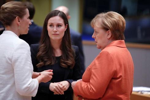 """Sanna Marin bên các cây """"đại thụ"""" là Thủ tướng Đức Angela Merkel và người đồng cấp Đan Mạch Mette Frederiksen tại Hội nghị Thượng đỉnh EU ở Brussels hôm 12-12"""