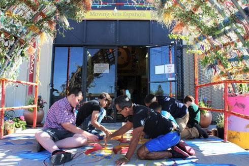 Trung tâm nghệ thuật cộng đồng Move Arts Española đã mở các lớp học nghệ thuật, bữa ăn miễn phí, dạy kèm và hỗ trợ cho hơn 5.000 trẻ em