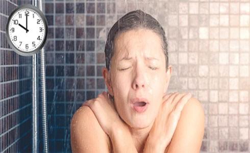 Tắm quá muộn dễ làm bạn bị cảm, thậm chí là đột quỵ