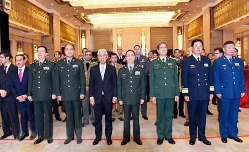 Lãnh đạo Đại sứ quán Việt Nam và các quan khách trang trọng thực hiện nghi thức chào cờ tại Lễ kỷ niệm