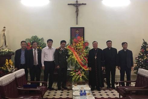 Thiếu tướng Nguyễn Anh Tuấn, Phó Giám đốc Công an TP Hà Nội chúc mừng Tòa Tổng Giám mục Hà Nội và Hội thánh Tin lành Việt Nam (miền Bắc)