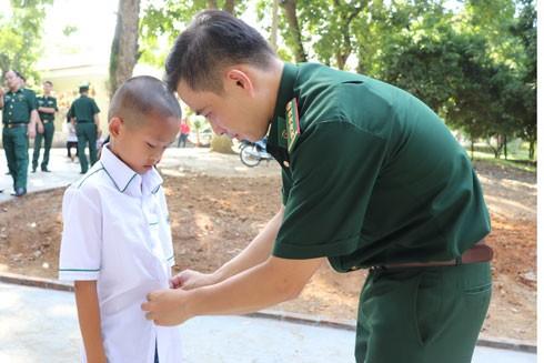 Cán bộ Đồn Biên phòng cửa khẩu quốc tế Lào Cai chuẩn bị quần áo cho các cháu bước vào một ngày học tập mới