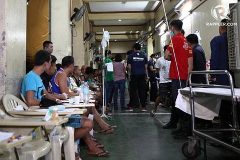Hàng trăm người nhập viện vì ngộ độc rượu ở Philippines