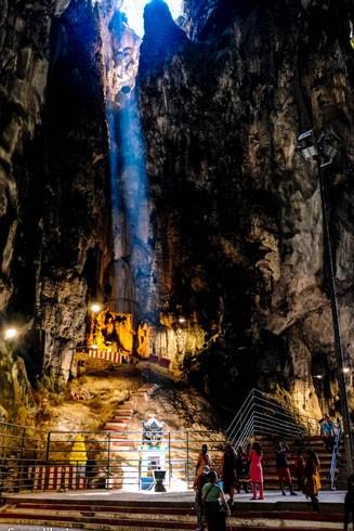 Batu là một khu vực núi đá vôi có quần thể hang động và các khu đền Hindu bên trong lòng hang