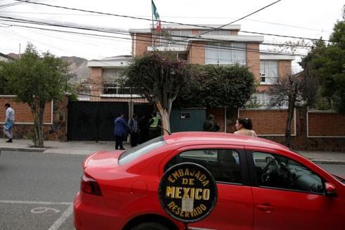 Bên ngoài Đại sứ quán Mexico tại La Paz (Bolivia) thời gian này lúc nào cũng có cảnh sát túc trực