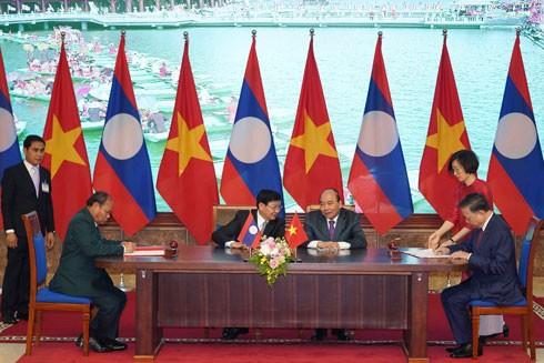 Hai Thủ tướng chứng kiến lãnh đạo bộ, ngành hai nước ký kết văn kiện hợp tác
