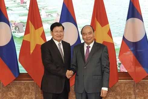 Thủ tướng Nguyễn Xuân Phúc thân mật tiếp đón Thủ tướng CHDCND Lào Thongloun Sisoulith