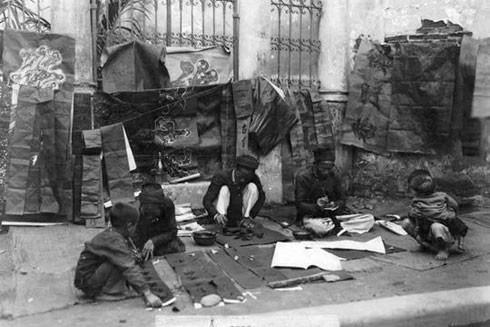 Chợ Tết Hà Nội xưa, ông đồ viết câu đối trên phố