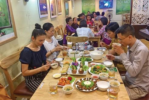 Thực khách dùng đồ chay tại một quán ăn ở Hà Nội