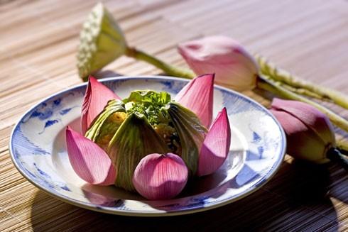 Một món chay được chế biến cùng hoa sen rất đẹp và thanh nhã