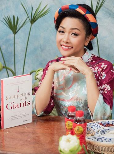 """Cuốn sách """"Competing with Giants"""" (tạm dịch: Vượt lên người khổng lồ) của nữ doanh nhân Trần Uyên Phương hiện nay vẫn là cuốn sách đầu tiên và duy nhất của một tác giả người Việt viết về doanh nghiệp Việt Nam được phát hành tại Mỹ"""