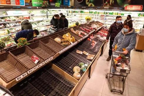 Người dân Vũ Hán đeo khẩu trang đi siêu thị