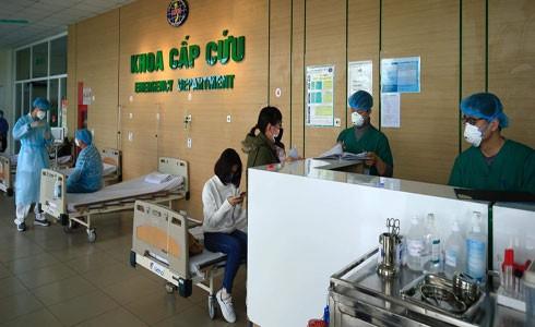 Các y bác sĩ tại Bệnh viện Nhiệt đới Trung ương cơ sở 2 (huyện Đông Anh, TP Hà Nội) ứng trực, sẵn sàng hỗ trợ kịp thời những trường hợp khẩn cấp