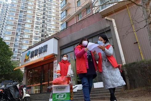 Cán bộ quản lý dân cư là lực lượng đắc lực trong công tác phòng chống dịch ở Trung Quốc, từ đo thân nhiệt, thu thập thông tin, khử trùng khu vực công cộng cho đến đi mua sắm hộ các gia đình…