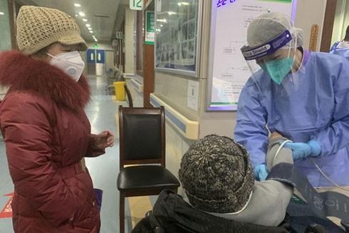 Nữ y tá Guo Qin ở Vũ Hán, người vừa khỏi bệnh viêm phổi do virus Covid-19 chủng mới đã ngay lập tức trở lại với công việc