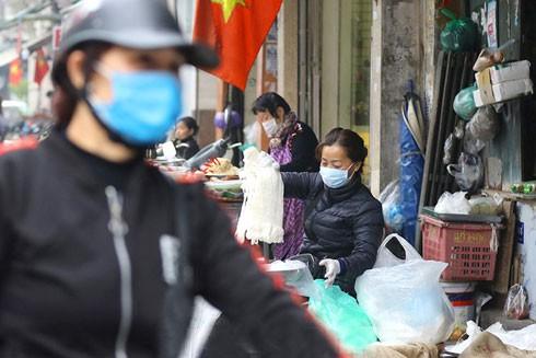 Chợ vốn là chỗ đông người nên người dân cần đeo khẩu trang để đề phòng dịch bệnh