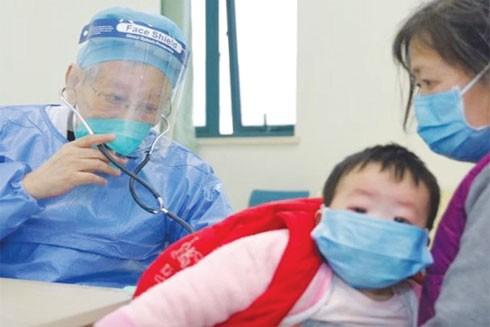 Bác sĩ Dong chữa trị cho bệnh nhân tại Bệnh viện Nhi đồng Vũ Hán
