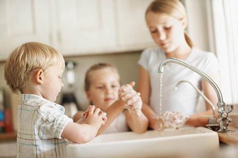 Người lớn hướng dẫn trẻ thường xuyên rửa tay bằng xà phòng, tránh chạm tay vào mắt, mũi, miệng